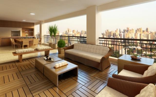Grandes terraços também podem contar com esse elemento de deck. Moveis, vasos, tudo pode ficar apoiado sobre os decks, nesta imagem estão acompanhado de decoração com cores neutras, deixando o ambiente mais clássico.