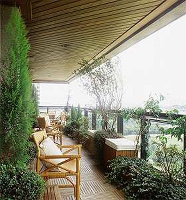 Aplique vegetação por toda a extensão do terraço, isso deixa parecer à área mais longa, pois o paisagismo cria a sensação de ampliar o ambiente.
